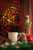 Bebida de la Navidad con la galleta hecha en casa del chocolate Imagen de archivo libre de regalías