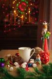Bebida de la Navidad con la galleta hecha en casa del chocolate Imágenes de archivo libres de regalías