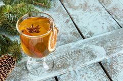 Bebida de la Navidad en fondo de madera Fotografía de archivo