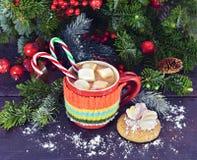 Bebida de la Navidad en taza hecha punto caliente Fotos de archivo