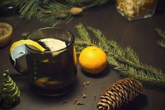 Bebida de la Navidad en una tabla de madera del adornamiento Fotos de archivo