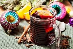 Bebida de la Navidad: vino reflexionado sobre con las especias Imagen de archivo libre de regalías