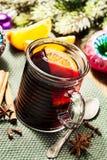 Bebida de la Navidad: vino reflexionado sobre con las especias Foto de archivo
