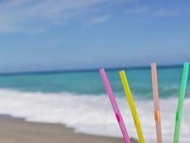 Bebida de la playa de la paja foto de archivo libre de regalías