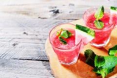 Bebida de la sandía en vidrios con las rebanadas de sandía Fotos de archivo