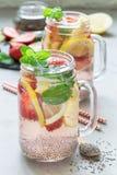 Bebida de la semilla del chia del Detox con la fresa, el limón y la menta en un tarro de cristal, vertical Imagen de archivo libre de regalías