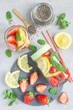 Bebida de la semilla del chia del Detox con la fresa, el limón y la menta en un tarro de cristal, vertical, visión superior Foto de archivo libre de regalías