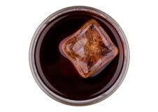 Bebida de la soda de la cola con la opinión superior del cubo de hielo Foto de archivo