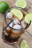 Bebida de la soda de la cola con los cubos de hielo Imagenes de archivo