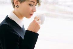 Bebida de la taza de la mujer de negocios del descanso para tomar café que se sienta Fotos de archivo libres de regalías