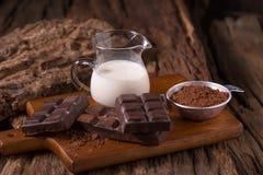 Bebida de leite de chocolate e barra de chocolate frias no fundo de madeira imagens de stock royalty free