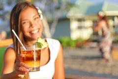 Bebida de Mai Tai - alcohol de consumición de la mujer en Hawaii imagenes de archivo