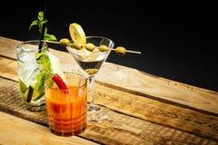 Bebida de Martini com azeitona e mojito com hortelã e Bloody Mary com aipo Imagens de Stock Royalty Free