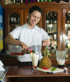 Bebida de mezcla del camarero editorial en la isla de maíz del restaurante Nicar Fotografía de archivo