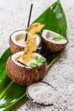 A bebida de Pinacolada com hortelã seriu em um coco fresco Imagem de Stock