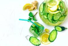 Bebida de refrescamento com pepino, limão, gengibre e hortelã Imagens de Stock Royalty Free