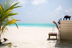 Bebida de refrescamento da água na praia Fotos de Stock