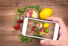 Bebida de refrescamento do verão com a morango no vidro Imagens de Stock