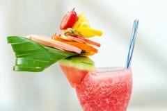Bebida de refrescamento do verão com morangos e melancia Foto de Stock