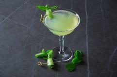 Bebida de restauración del menta-pepino delicioso basada en el vino espumoso foto de archivo