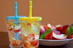 Bebida de restauración fría hecha de melocotones y del limón en vaso Bocado de la fruta foto de archivo