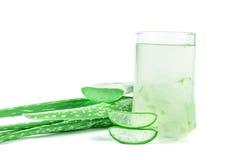 Bebida de Vera Juice Healthy do aloés no fundo branco Fotografia de Stock