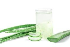 Bebida de Vera Juice Healthy do aloés no fundo branco Imagem de Stock Royalty Free