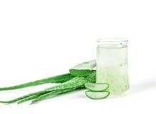 Bebida de Vera Juice Healthy do aloés no fundo branco Fotos de Stock Royalty Free