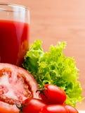Bebida de vidro de Juice Shows Thirsty Refresh And do tomate imagem de stock