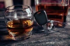 Bebida del alcohol, llaves del coche y vidrio vacío imágenes de archivo libres de regalías