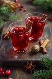 Bebida del arándano en el fondo de madera adornado con las ramas del abeto, las especias y las bayas frescas Imagen de archivo libre de regalías