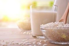 Bebida del arroz en envases en una tabla en primer de la cocina imagenes de archivo