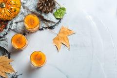 Bebida del cóctel de la bebida del alcohol del otoño de la acción de gracias con las calabazas y las hojas Fotos de archivo libres de regalías