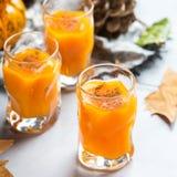 Bebida del cóctel de la bebida del alcohol del otoño de la acción de gracias con las calabazas y las hojas Foto de archivo