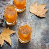 Bebida del cóctel de la bebida del alcohol del otoño de la acción de gracias con las hojas Imágenes de archivo libres de regalías