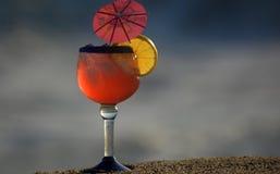 Bebida del cóctel del verano fijada en la arena Imágenes de archivo libres de regalías