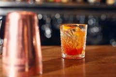 Bebida del cóctel en cierre de la barra para arriba Coctel pasado de moda Foto de archivo