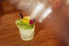 Bebida del cóctel en cierre de la barra para arriba Cóctel de la julepe de menta Imagenes de archivo