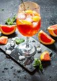 Bebida del cóctel en el tablero de piedra Bebida alcohólica con el pomelo y el hielo imagenes de archivo