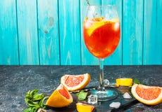 Bebida del cóctel en el tablero de piedra Bebida alcohólica con el pomelo y el hielo fotos de archivo libres de regalías