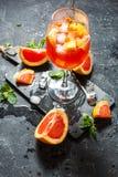 Bebida del cóctel en el tablero de piedra Bebida alcohólica con el pomelo y el hielo imágenes de archivo libres de regalías