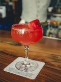 Bebida del cóctel en el top de la barra fotos de archivo