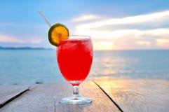 Bebida del cóctel en la tabla de madera Imagen de archivo