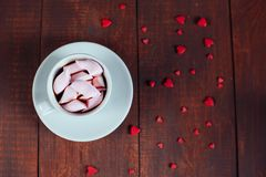 Bebida del cacao con las melcochas y los corazones en la madera Concepto del día de San Valentín Endecha plana imagenes de archivo