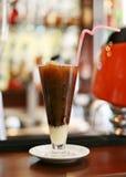 Bebida del café con hielo y leche imagen de archivo