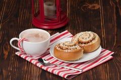 Bebida del chocolate caliente Remolinos del canela Navidad Imagenes de archivo