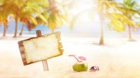 Bebida del coco del verano en la playa foto de archivo libre de regalías