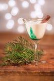 Bebida del día de fiesta con el palillo de canela - aliste para la hora feliz de la Navidad Fotografía de archivo libre de regalías