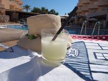 Bebida del hielo del aguanieve con el tiempo de la playa de la paja fotos de archivo