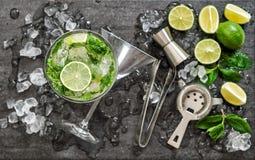 Bebida del hielo de la menta de la cal de los ingredientes del cóctel de Mojito que hace accessori foto de archivo libre de regalías